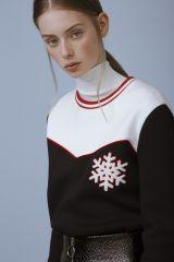 Maje anticipe sur le plein-hiver et dévoile « Hors-piste », sa garde-robe  dédiée aux adeptes de la glisse et du cocooning en montagne. eb681228d87