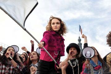 6b496c10ecdc Chanel écrit une nouvelle page de son histoire avec le lancement de N°5  L EAU, incarné par la déjà culte Lily-Rose Depp. Ce second souffle est au  centre ...