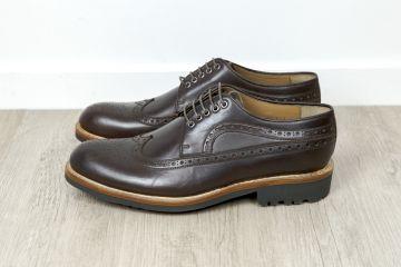 Sur le marché de la chaussure, Hardrige est une marque relativement  confidentielle mais qui possède un réel savoir-faire et une histoire  ancienne. edb70ae4d93