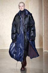 Doudounes « Michelin », pantalons extra-flare et sweats XXL… Cet hiver, les  créateurs voient double et plaident pour des proportions maximalistes, ... 074e653297d8