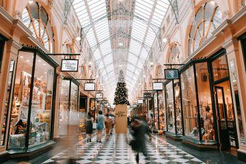L écrivain Somerset Maugham a dit   « Si les bars à Londres avaient des  terrasses comme à Paris, on y boirait des verres de pluie ». 43bdf02a9a7